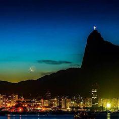 Rio de Janeiro, Brasil. Cristo Redentor brilhando.                              …