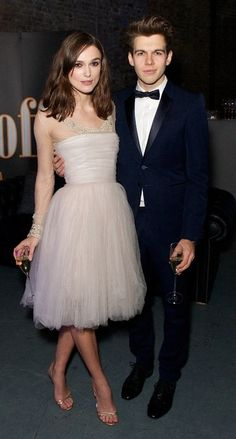 Kiera Knightly with her hubby ... rocking her wedding dress at a charity event. Super!
