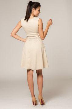 Prosta a zarazem elegancka sukienka w kolorze beżowym w delikatny wzorek. Góra dopasowana odcinana w talli,dół rozkloszowany. Sukienka nie posiada podszewki. #modadamska #moda #sukienkikoktajlowe #sukienkiletnie #sukienka #suknia #sukienkiwieczorowe #sukienkinawesele #allettante.pl