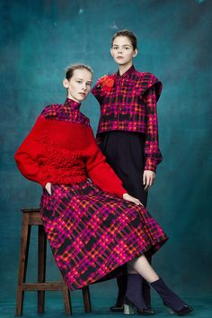 The complete Delpozo Pre-Fall 2017 fashion show now on Vogue Runway. Fashion 2017, Fashion Art, Fashion Looks, Womens Fashion, Fashion Design, Fashion Trends, Look Rose, Moda Retro, Manish Arora