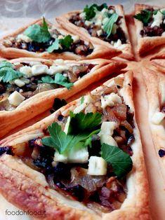 """""""Pizza"""" di pasta sfoglia con cipolla caramellata, funghi e feta. Antipasto finger food buonissimo."""