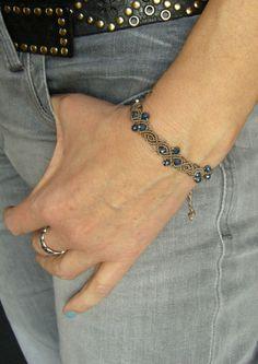 **Ein geknüpftes Armband mit funkelnden Glasschliffperlchen. ** Material:   C-Lon Beadcord   Es ist größenverstellbar und lässt sich somit individuell anpassen.