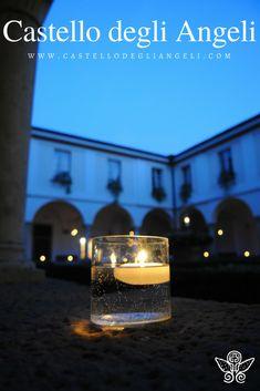 Castello degli Angeli è Location per Eventi, il chiostro con antiche colonne è estremamente suggestivo di sera, alla luce di una candela. #castellodegliangeli #location #candela #chiostro