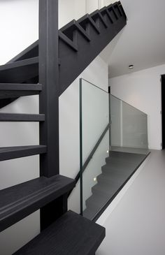 Zwart houten vaste trap VT03 - TRAPPENKOPEN.nl Loft Staircase, Marble Staircase, Entryway Stairs, Open Stairs, Interior Staircase, House Stairs, Open Trap, Stair Renovation, Stairways