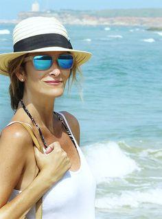 Paseamos por la playa de Conil junto a la blogger que lleva un look de  básicos 088f7279211