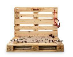 É interamente realizzata con pallet e imballaggi di legno riciclati la cuccia della linea 800x1200 Eco-Design di Conlegno; lateralmente è presente una parete attrezzata in cui poter riporre giochi e accessori del vostro cucciolo. Ogni pezzo è unico e realizzato artigianalmente, ha un design non convenzionale e un'anima ecologica. É disponibile in formati diversi. Prezzo su richiesta. www.800x1200.it
