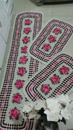 Jogo de cozinha de crochê Medindo: 180cm o maior e 76 cm os menores 3 peças Produzido com fio 100% algodão. A cor é de acordo com a preferência do cliente. Decore seu ambiente com esse lindo trabalho artesanal!!