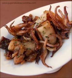 Me encantan los calamares preparados de esta forma tan sencilla, tienen un sabor riquísimo y una salsita que me vuelve loca. Necesitamos (... Squid Recipes, Seafood Recipes, Cooking Recipes, Healthy Recipes, How To Cook Octopus, My Favorite Food, Favorite Recipes, Fish Dishes, Mediterranean Recipes