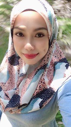 Gorgeous Girl, Beautiful Women, Hot Muslim, Hijab Fashionista, Girl Pics, Girl Hijab, Beautiful Hijab, Doraemon, Muslim Women