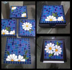 Descanso de mesa e porta guardanapo. Mosaic Tray, Mosaic Tile Art, Stone Mosaic, Mosaic Glass, Mosaics, Mosaic Art Projects, Mosaic Crafts, Mosaic Flower Pots, Mosaic Garden