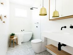 pendente dourado em banheiro