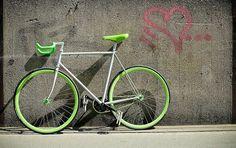 яркий велосипед на фоне бетонной стены