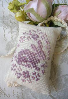 @La Comtesse & Le Point De Croix: free cross-stitch pattern - egg with surprise bunny