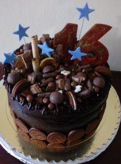 Torta de chocolate rellena de chocolate decorada con galletas Oreo y chocolates..