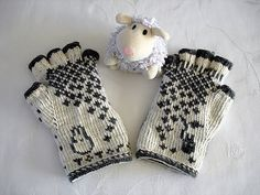 this raveler does the most amazing totoro mittens! Mittens Pattern, Knit Mittens, Knitted Gloves, Fingerless Gloves, Double Knitting Patterns, Knitting Charts, Baby Knitting, Totoro, Double Crochet