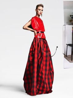 See the complete Ronald van der Kemp Fall 2016 Couture collection.