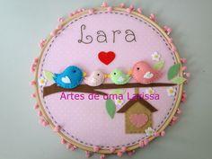 https://flic.kr/p/efoQaa | Lara | Quadrinho com bastidor Família Pássaros Rosa. Para decorar o quartinho da pequena Lara, que veio encher de alegria os corações da mamãe Mariana, do papai e do maninho Ary.  Enfeite de porta de maternidade ou decoração do quarto do bebê.  Visitem meu blog: artesdeumalarissa.blogspot.com/  Curtam a minha fan page: www.facebook.com/artesdeumalarissa