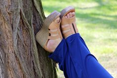 Die Sandalette mit Keilabsatz sorgt bei dem lässigen outfit für den nötigen Chic