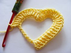 shows step-by-step how to, crochet heart, hartje haken A small sweetheart valentine? An extremely pretty crocheted heart. Pictures for each step look very good - words are not English! Free pattern but not in English but great pictures. How To Crochet The Crochet Video, Crochet Diy, Love Crochet, Learn To Crochet, Crochet Motif, Crochet Designs, Crochet Crafts, Crochet Flowers, Crochet Stitches