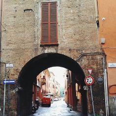 @itsOriana_ Camminando e proseguendo in via Piella, poco distante dalla famosa finestrella che si affaccia sul canale delle Moline, si può trovare questa che viene chiamata Porta Govese, o più comunemente anche torresotto dei Piella.