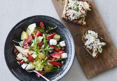 Farverig, smuk og velsmagende jordbærsalat med kartofler serveres med laksebruschetta som et let måltid på en lun sommeraften.