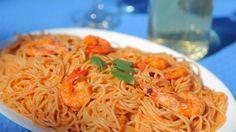 Μια τέλεια γαριδομακαρονάδα. Μια υπέροχη συνταγή για ένα πεντανόστιμο φαγητό που θα απολαύσετε όλη στην οικογένεια και εσείς που νηστεύετε και αυτοί που δεν νηστεύουν με τη προσθήκη φρεσκοτριμμένου τυριού στη μακαρονάδα που θα απογειώσει Cookbook Recipes, Pasta Recipes, Cooking Recipes, Greek Fish, How To Cook Fish, Yummy Food, Tasty, Weight Watchers Meals, Greek Recipes