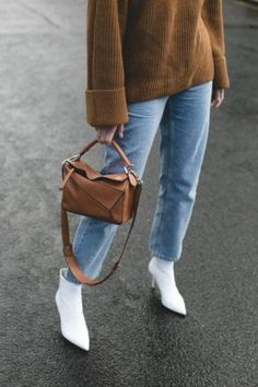 Emma Hill style, brown chunky rib knit jumper, light wash boy fit jeans, white leather ankle boots, small tan loewe puzzle bag 26 Trendy Fall Women Outfits to Copy Right Now White Leather Ankle Boots, White Boots, Brown Ankle Boots Outfit, Tan Leather, White Jeans, Puzzle Bag, Loewe Puzzle, Jeans Claro, Booties Outfit
