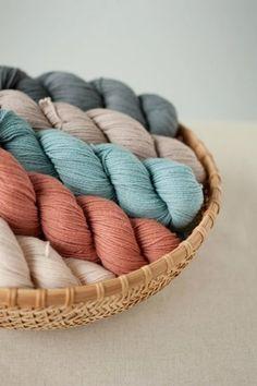 使う糸もお好みしだい。手芸屋さんに置いてあるリネンやコットン、ウールなどの一般的な糸から変わり種の紐まで、糸状のものならなんでも使えます。