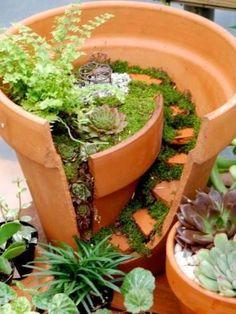 Wenn das nächste Mal ein Tontopf zerbricht: Nicht wegschmeißen, sondern lieber zu einem schönen Miniaturgarten verwandeln.