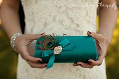 adorable purse....could easily pin a feather and a brooch on a clutch