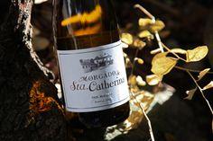 Vinho branco admirável, potente e saboroso, com ricos aromas de frutas, especiarias e baunilha.