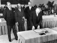 Ce 9 mai 1950, Robert Schuman pose la première pierre de la construction européenne en proposant la création d'une organisation commune du charbon et de l'acier. Ce qui fera de lui le Père fondateur de l'Europe.
