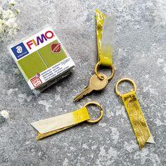 FIMO Leather on uniikki massa, joka kovetetaan uunissa 130 ° C 30minuuttia. Lopputulos säilyy elastisena ja joustavana paistamisen jälkeen. Voit punoa, leikata ja ommella materiaalia, joka näyttää täysin nahkamaiselta. Personalized Items, Day, Leather, Fimo, Modelling Clay