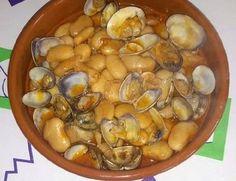 ALUBIAS BLANCAS CON ALMEJAS FUSSIONCOOK: Se sofrien en una sarten en trozos muy pequeños, 1 cebolla y 1 ajo,se añade 1 cucharadita de pimentón dulce. Se pone 1.5k fabes , cubiertas de agua como dos dedos y 2 hojas de laurel. Se añade el sofrito de la sartén. Menú legumbres. En otra sartén se hace 1.5k almejas: Se sofríe 2 dientes de ajos, picados , cuando estén ,un poco de agua, vino blanco y las almejas. (a fuego fuerte hasta que se abran). Si hace falta se añadirá agua y perejil picado.