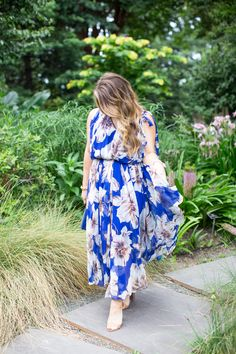 Summer date night outfit idea - this breezy floral maxi dress is perfect for those hot summer nights. | floral maxi dress outfit | maxi dress outfit idea | how to style a maxi dress | how to wear a maxi dress | summer outfit inspiration | summer outfit idea | fashion blogger | blogger style