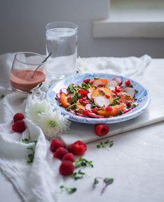 Vadelmainen keltajuurisalaatti & sherryviinietikka-vadelmakastike (+ 7 muuta ihanaa salaatinkastikereseptiä)