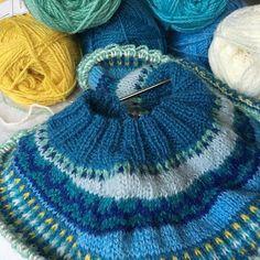 Min Loppa just nu. Jag är äntligen nöjd med färgerna! #loppkal #raumafinull #damejakkaloppa #knittersofinstagram #sticklivet