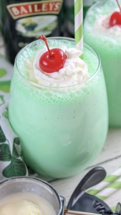 Boozy Shamrock Shake for St. Holiday Drinks, Summer Drinks, Fun Drinks, Alcoholic Beverages, Christmas Drinks, Holiday Punch, Holiday Foods, Cocktails, Cocktail Recipes
