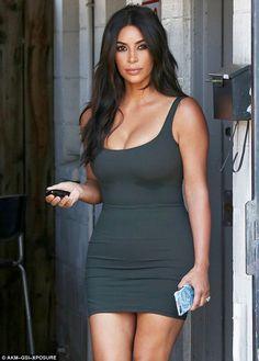Kim Kardashian is one of the best dressed celebrities. She wore a green mini tight dress. Kim Kardashian dress is a cool idea for casual wear. Kardashian Style, Kardashian Jenner, Kim Kardashian Hot Body, Kim Kardashian Wedding Ring, Tight Dresses, Sexy Dresses, Femmes Les Plus Sexy, Jenner Style, Fashion Moda