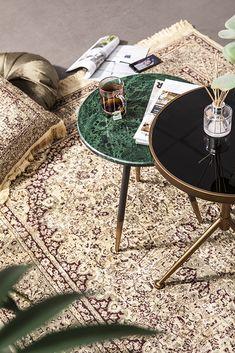 Deze prachtige bijzettafel van By Boo maakt van jouw interieur gegarandeerd een luxe oord! Green Bedroom Walls, Master Bedroom Interior, Coffee Table Legs, Round Coffee Table, Side Table Decor, Table Decorations, Tv Wall Decor, Black Side Table, Contemporary Chairs