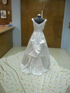 Alterations for a wedding/prom/formal dress can be very expensive! Here are instructions for a 1 to 3 point French bustle, sometimes known as an underbustle, that. Wedding Gown Bustle, Fairy Wedding Dress, Bustle Dress, Wedding Dresses, Bridesmaid Gowns, Mermaid Wedding, Nice Dresses, Summer Dresses, Formal Dresses