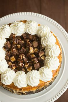 Snickers Cheesecake with Oreo Crust Snickers Cheesecake, Sopapilla Cheesecake, Cheesecake Recipes, Snickers Recipe, Sopapilla Recipe, The Cheesecake Factory, Köstliche Desserts, Delicious Desserts, Dessert Recipes
