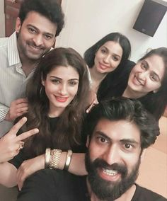 Prabhas is there in the frame with clean shaven look, because Saaho. - Baahubali stars Prabhas, Rana Daggubati, Anushka Shettty reunite to party and we have a pic, thanks to Raveena Tandon Bollywood Cinema, Bollywood Actors, Prabhas And Anushka, Prabhas Actor, Bahubali 2, Rana Daggubati, Prabhas Pics, Yoga Trainer, Casual Work Attire