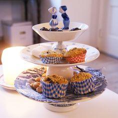 Etagere van brocante serviesgoed. Te bestellen via info@dagmardesign.nl