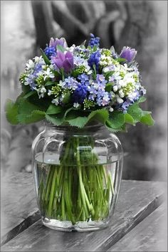 Arte Floral, Deco Floral, Fresh Flowers, Spring Flowers, Beautiful Flowers, Flowers In A Vase, Small Flowers, Purple Flowers, Ikebana