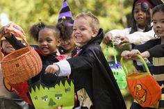 15 non candy halloween treats - best halloween candy alternatives Best Halloween Candy, Halloween Kids, Halloween Treats, Halloween Labels, Healthy Halloween, Halloween Costumes, Story Behind Halloween, Diabetes Memes, Glow Sticks