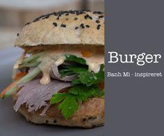 Banh Mi inspireret burger ala det vietnamesiske køkken med den skønneste dressing og lækre hjemmebagte burgerboller - få opskriften her