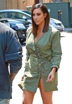 Kim Kardashian New Asymmetrical Bob Cut Hairstyle was a Wig . New Hair Cut kim k new haircut Carré Long Kim Kardashian, Kim Kardashian Cabelo, Kardashian Photos, Kardashian Style, Corte Long Bob, Lob Styling, Kanye West And Kim, Edgy Haircuts, New Hair Do