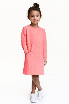 Vestido en tejido sudadera: Vestido en tejido sudadera. Modelo de manga larga con bolsillo delante. Escote y puños en punto elástico.