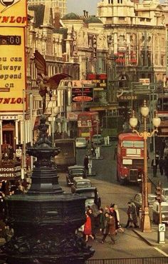 Piccadilly Circus - vintage (now pickup point for double decker London tour buses) Piccadilly Circus, London Bus, London Life, Vintage London, Old London, London Underground, Leeds, Fosse Commune, Bristol